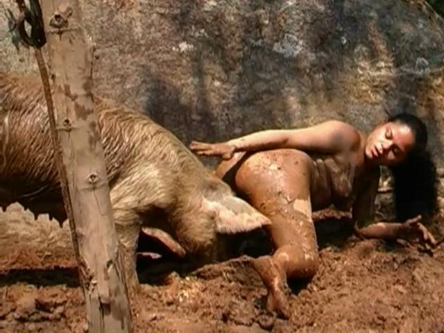 Fermière zoophile et son cochon