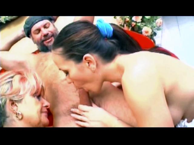 Papy embroche sa vieille salope et le jeune lesbienne qui la sucait