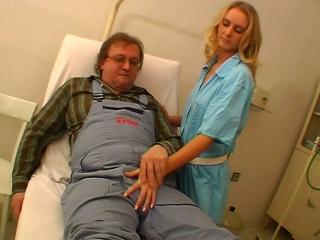 Vieux vicelard pour jeune infirmière_2