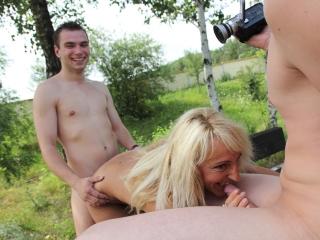 Blondasse se tape 2 jeunes mecs_2