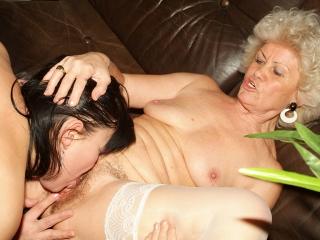 Grand-mère fiste sa copine_1