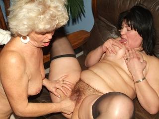 Grand-mère fiste sa copine_2