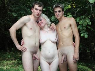 Une vieille blonde se tape 2 jeunots_1