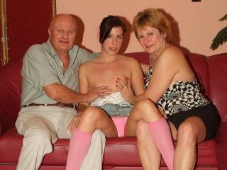 Un vieux couple se tape la jeune brunette_2