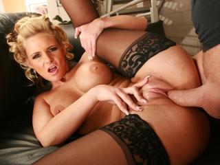 Belle blonde aux gros seins déchirée par la chatte_1
