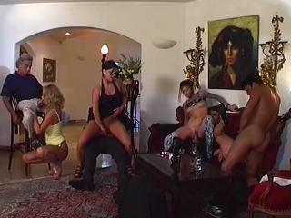 Gang bang dans une villa de rêve_1
