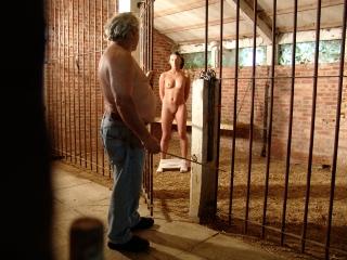 Abusée par un vieux dans une grange_1